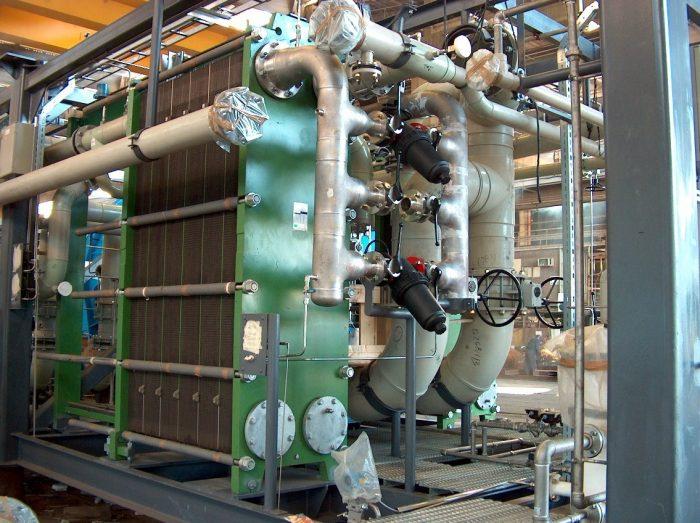 בתמונה: מתקנים להתפלת מי ים בשיטה התרמית.