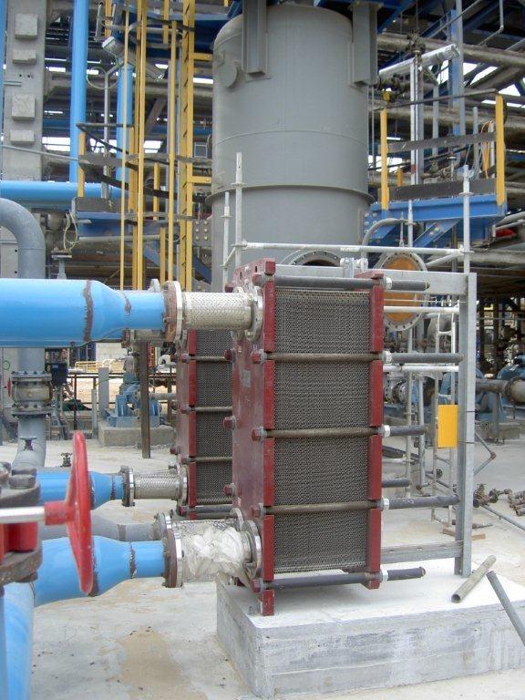 מחליף חום פלטות  בתוך מתקן בתי זיקוק. עלות המתקן כולו נעמד במיליארדי שקלים. מים מצוננים ממחליפי החום מקררים ציוד יקר ביותר. אמינות הציוד בבתי זיקוק – דרישה מרכזית.